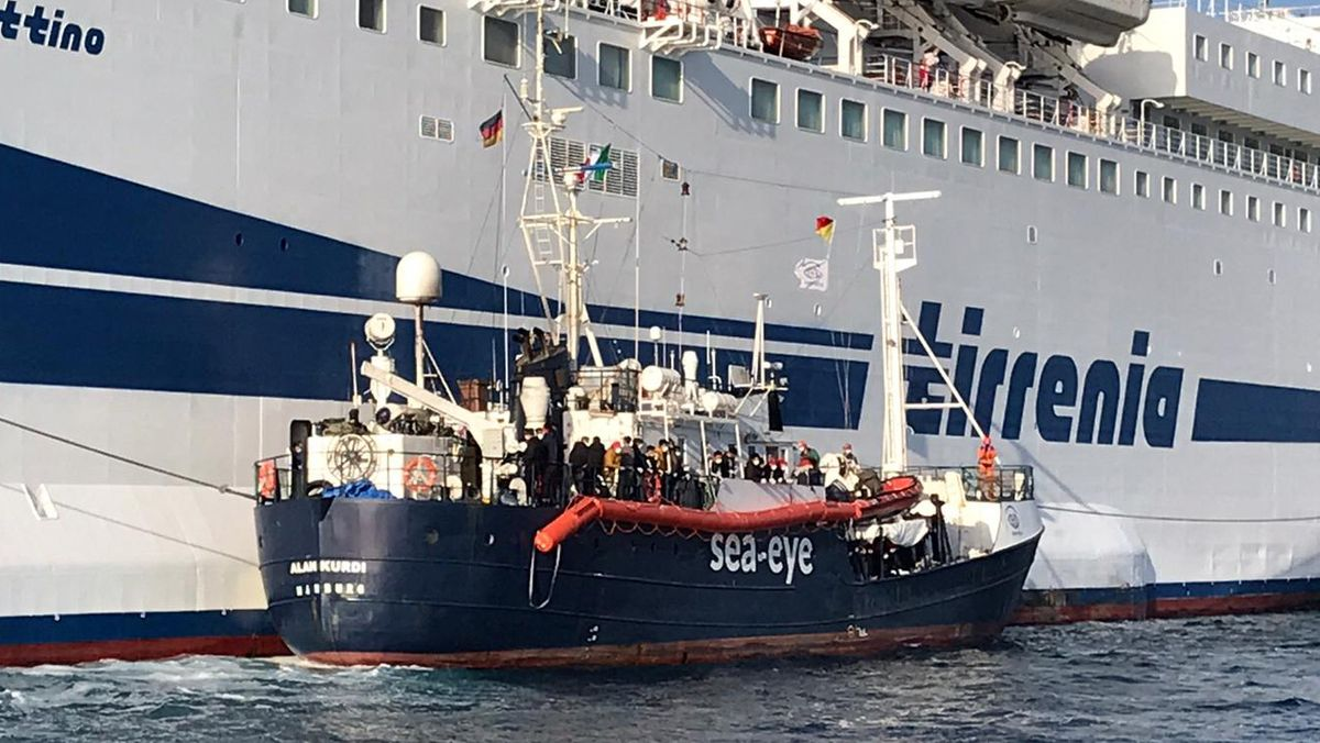 """Gerettete Flüchtlinge des Rettungsschiffes """"Alan Kurdi"""" gehen am 17. April 2020 zur Quarantäne auf eine Fähre"""