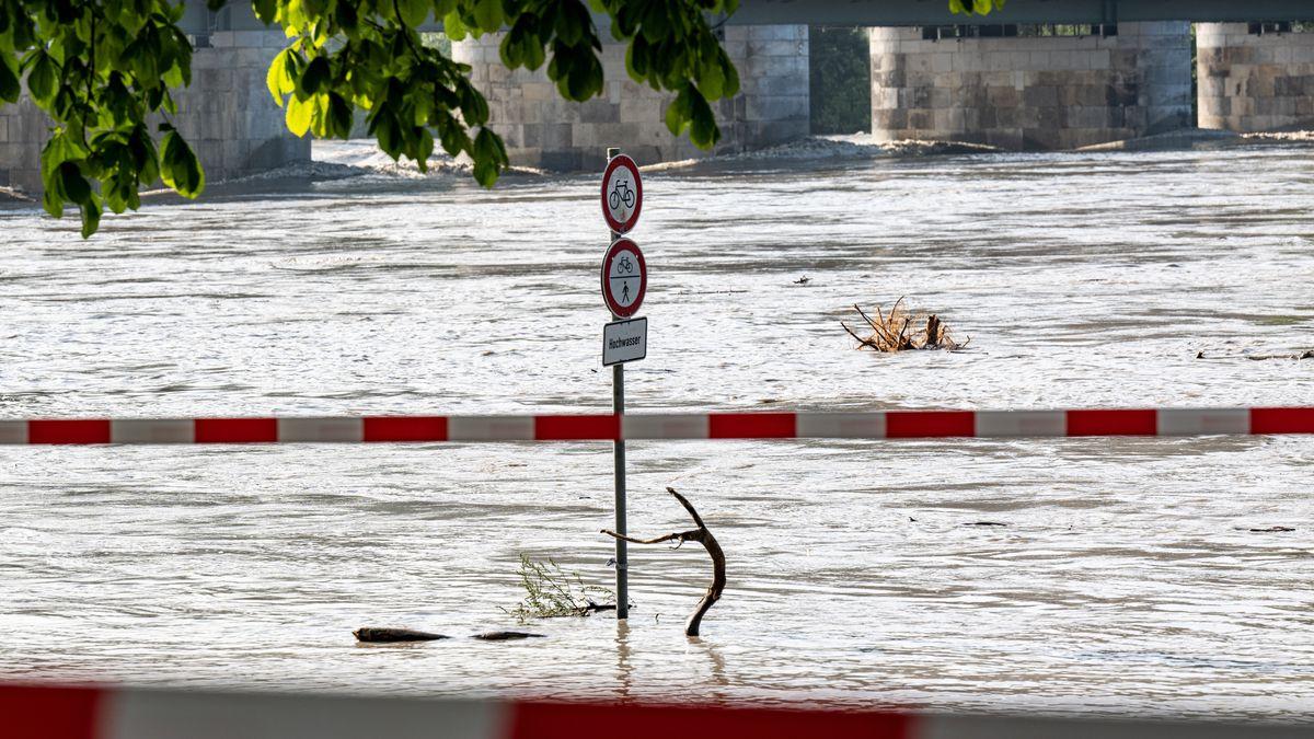 Die Promenade ist vom Hochwasser des Inns überspült
