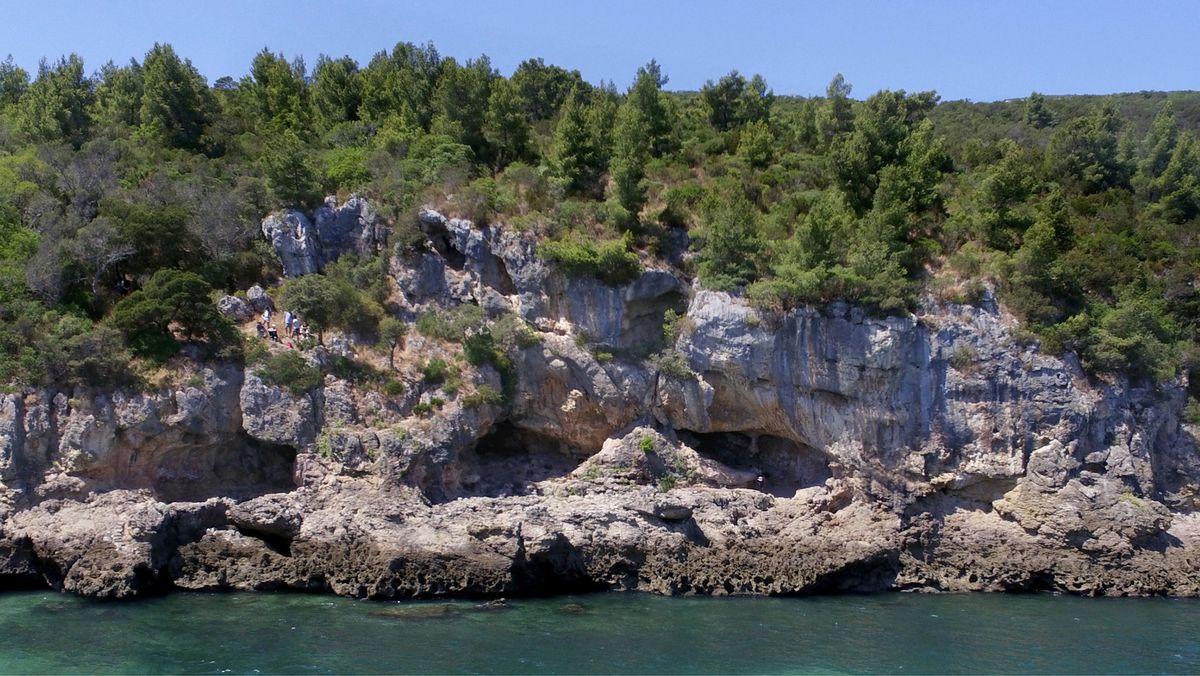 Die Figueira Brava-Höhle mit ihren drei Eingängen gesehen vom Wasser aus.