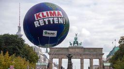 Klimademonstration am Brandenburger Tor in Berlin | Bild:picture alliance/Jens Büttner/dpa-Zentralbild/dpa