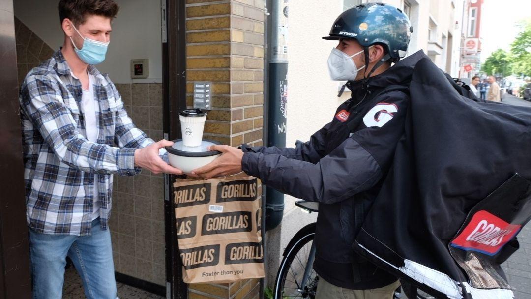 Gorillas-Fahrer liefert Lebensmittel