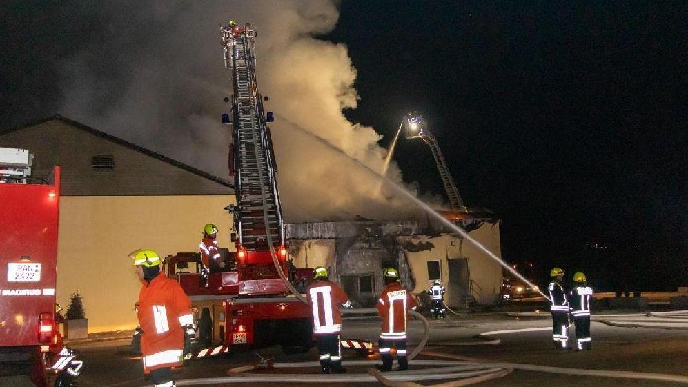 Einsatzkräfte löschen den Brand im Hallenbad in Aidenbach