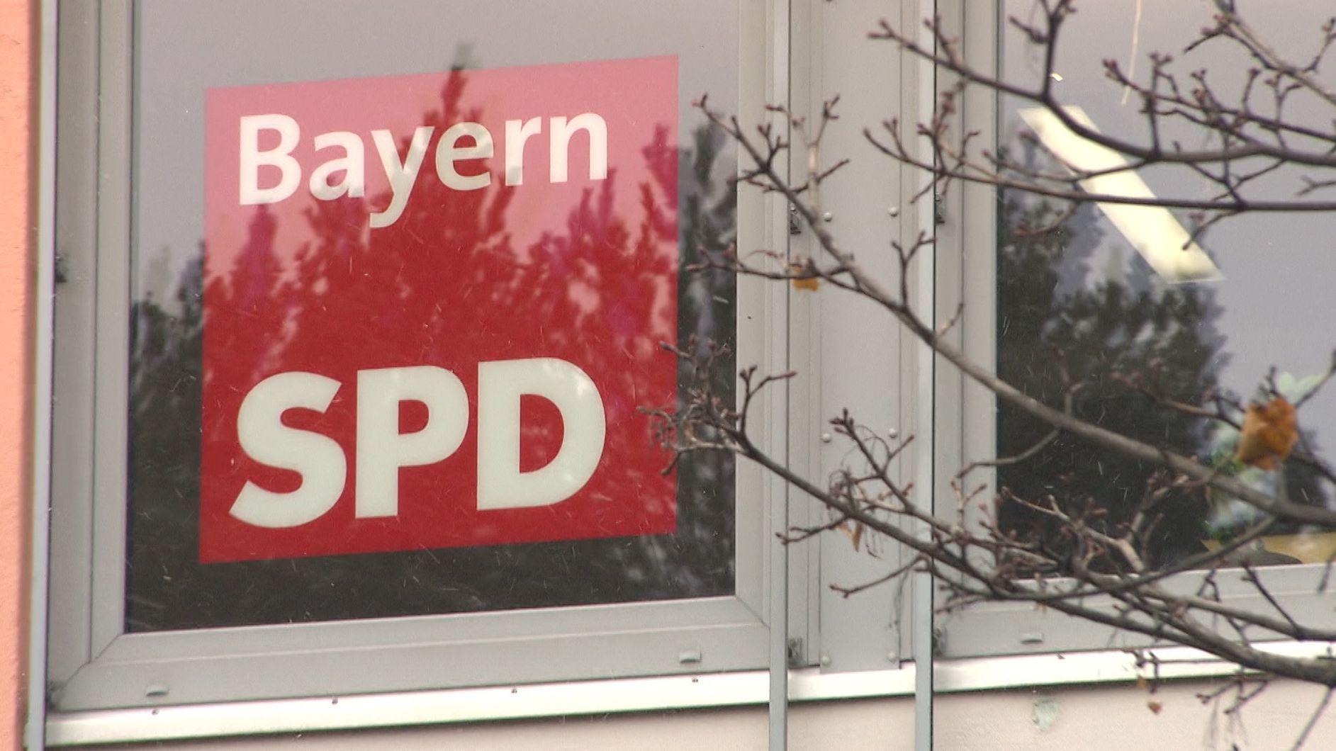 Schild der BayernSPD in einem Fenster