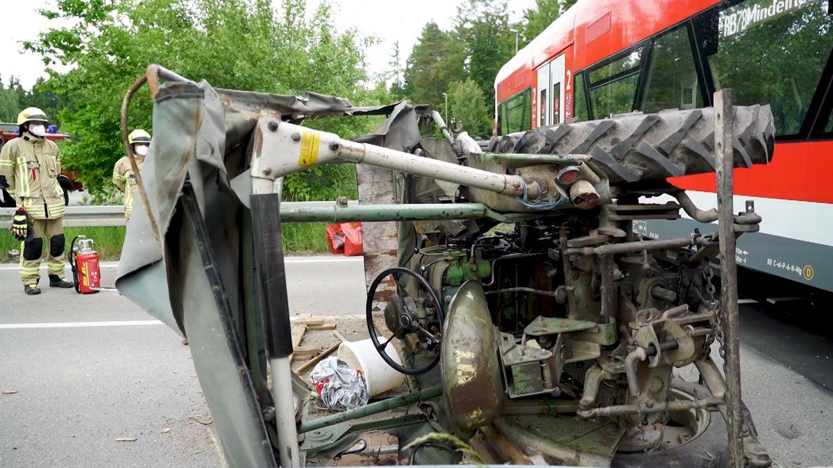 Der Traktor nach der Kollision mit dem Regionalzug.