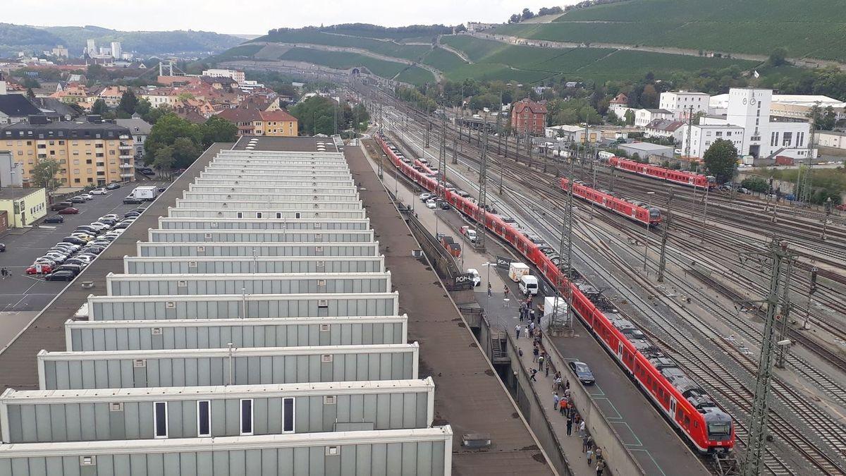 Blick auf die Posthalle am Würzburger Hauptbahnhof