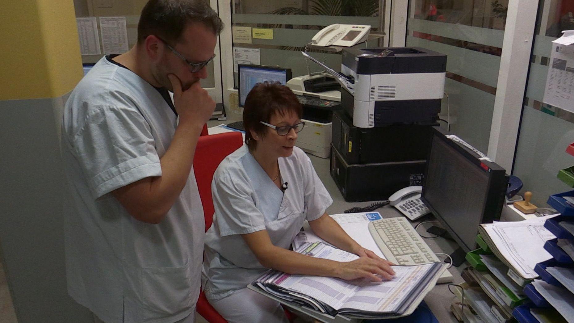 Pfleger und Pflegerin im Krankenhaus