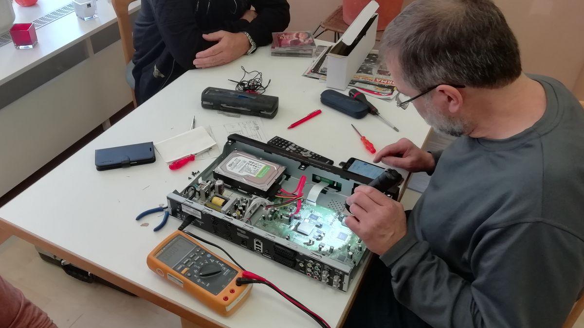 Mann führt Reparaturarbeiten durch