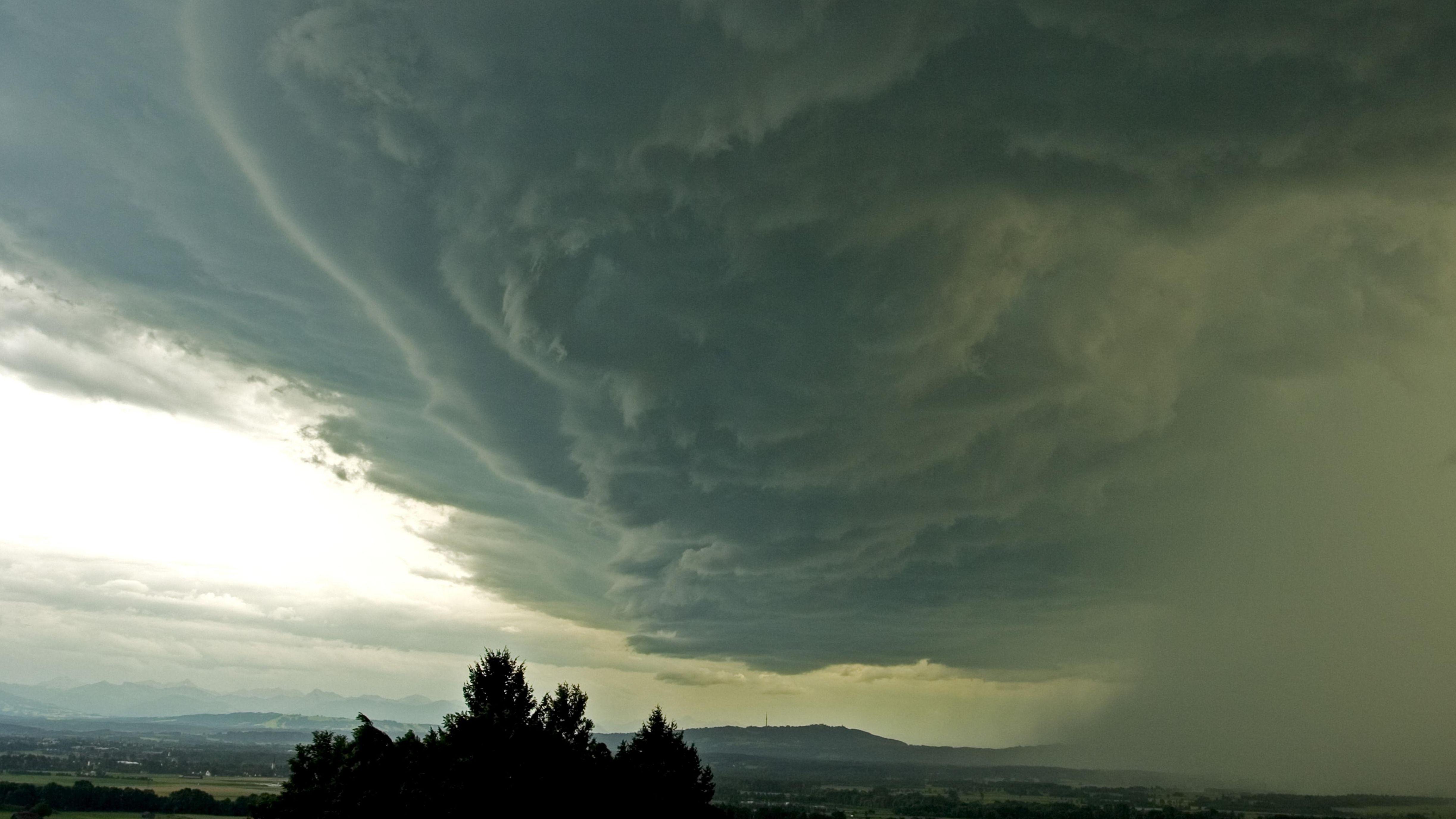 Symbolbild: Gewitterwolken, drohendes Unwetter über dem Peissenberg, Pähl, Bayern,