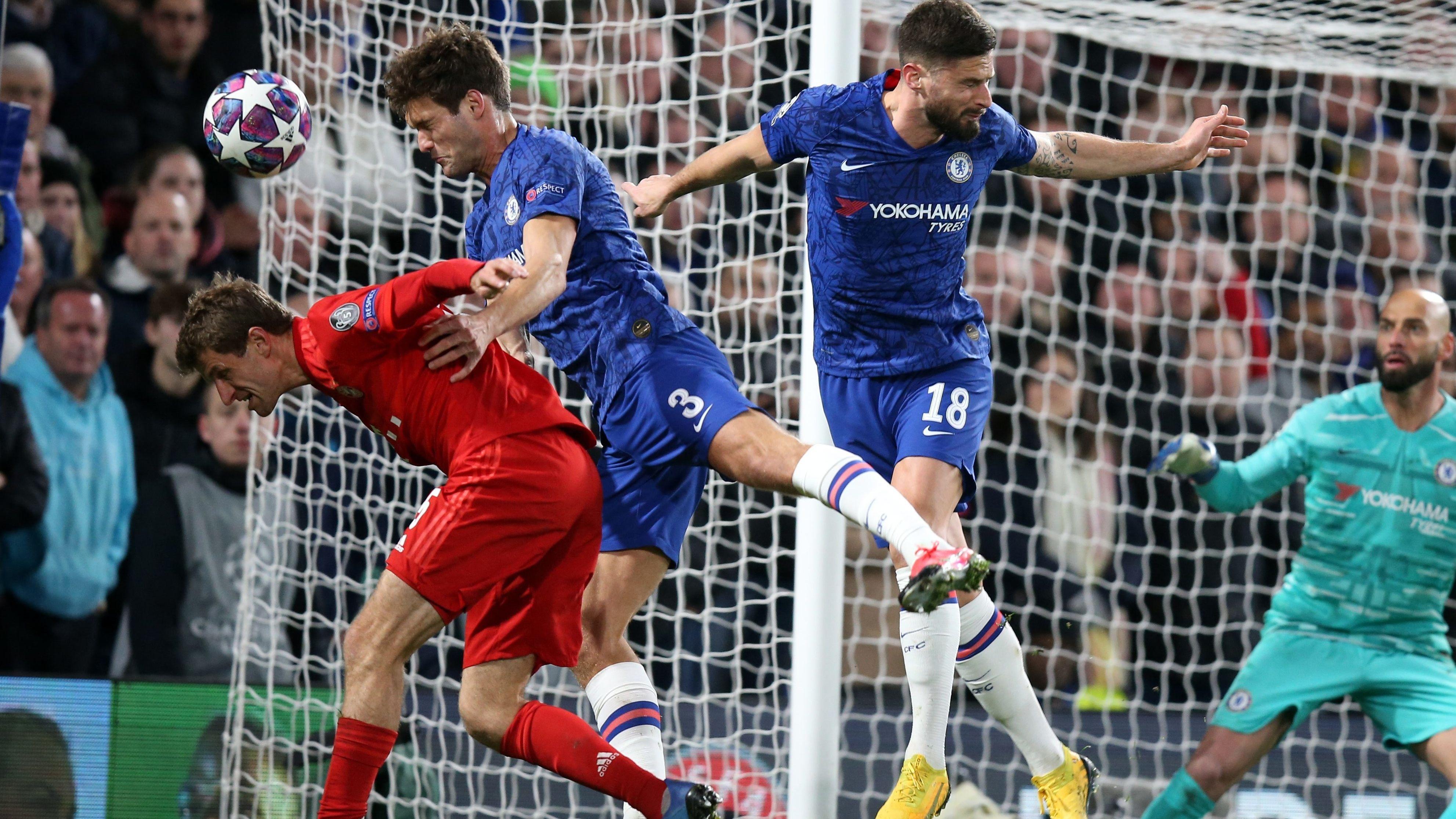 Thomas Müller (l.) vom FC Bayern gegen Marcos Alonso vom FC Chelsea