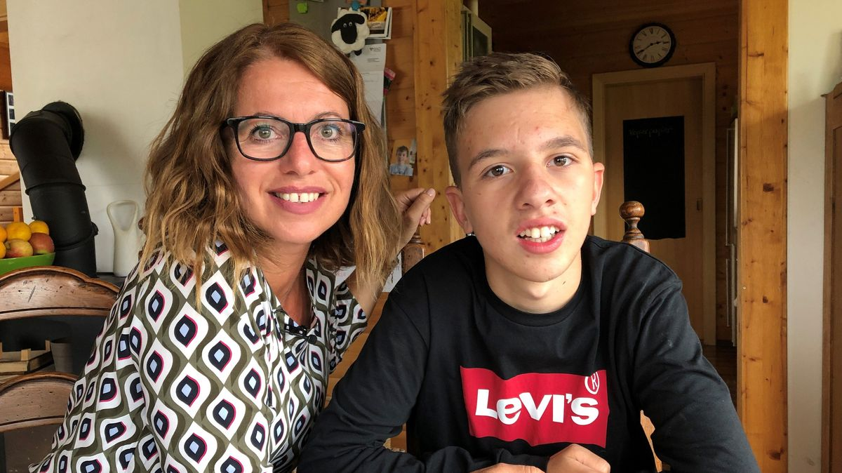Mutter Martina Holzner und ihr ihren Sohn Felix sitzen in der Küche der Familie.
