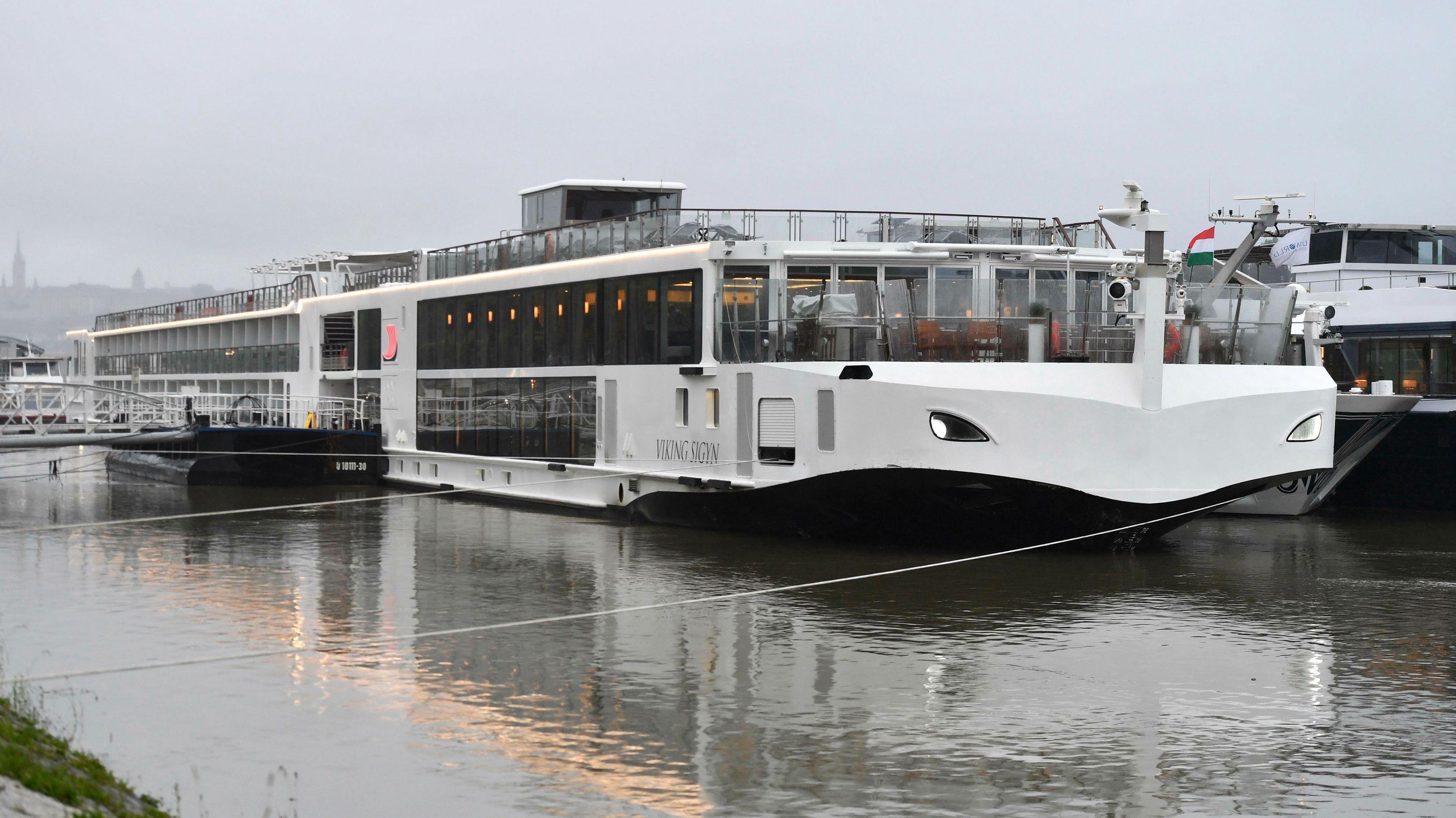 Das Flusskreuzfahrtschiff Viking Sigyn liegt auf der Donau in der Innenstadt von Budapest