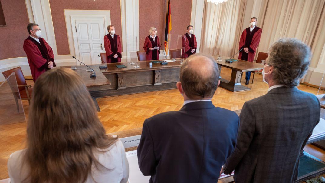 Jutta Förster (M), vorsitzende Richterin am Bundesfinanzhof, steht während der Urteilsverkündung an ihrem Platz.