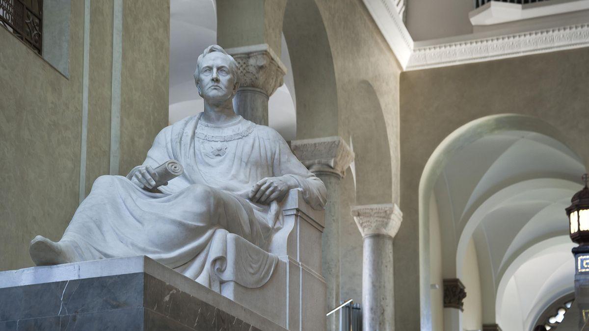 Marmor-Figur von König Ludwig I. im Lichthof der Ludwig-Maximilians-Universität in München