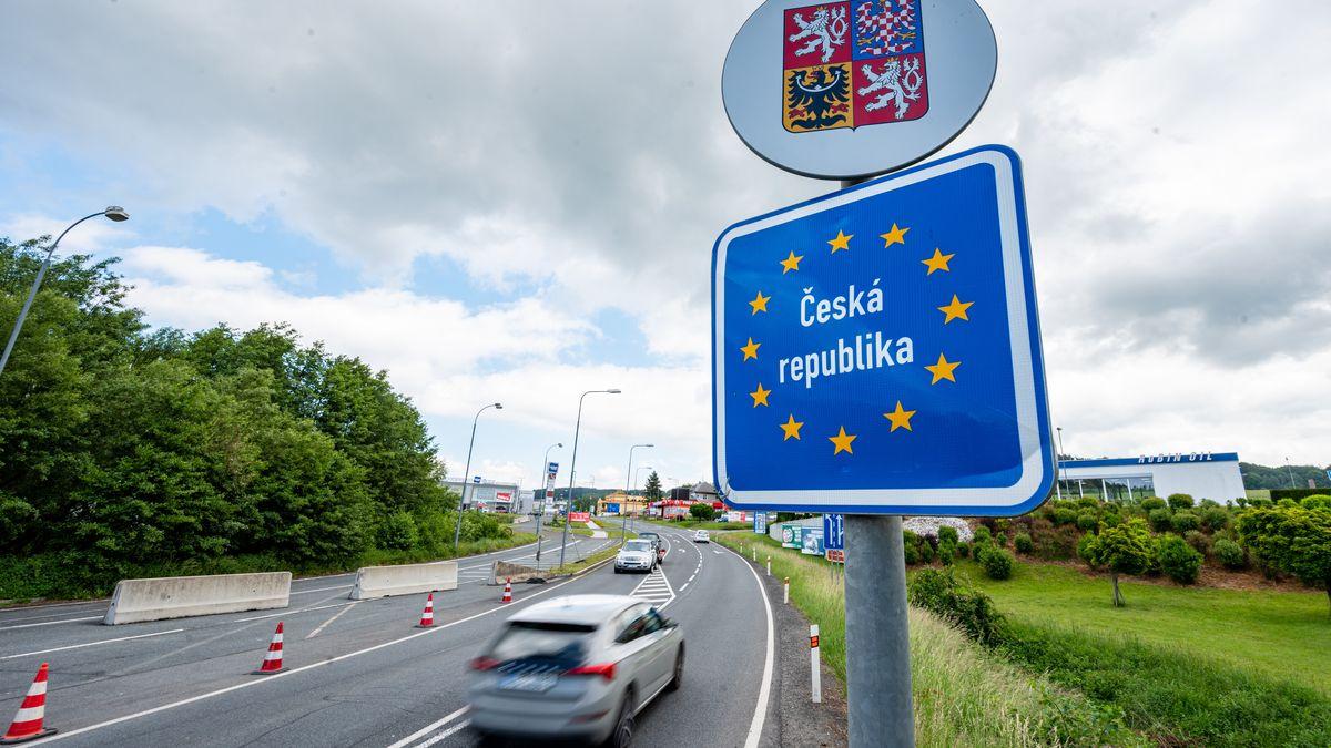 Furth im Wald: Autos fahren an der deutsch-tschechischen Grenze Richtung Tschechien.