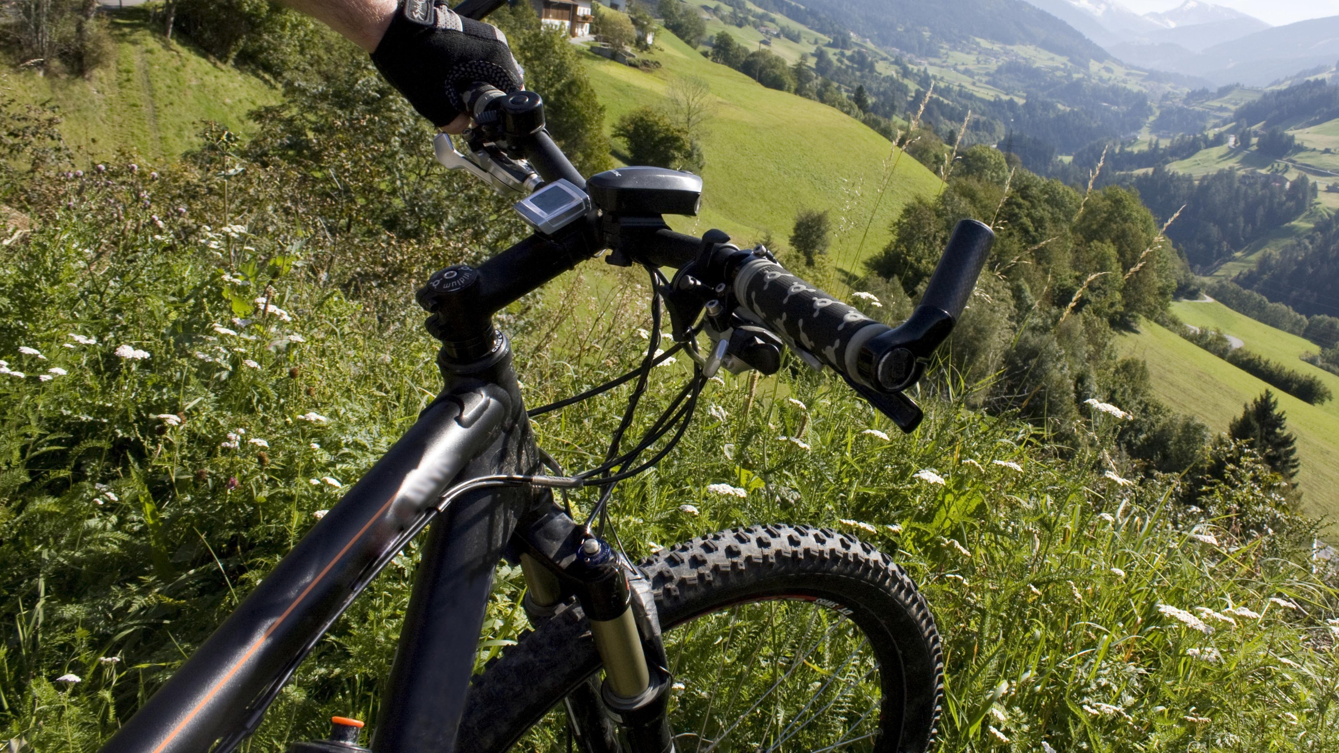 Mit Mountainbike in den Bergen (Symbolbild)