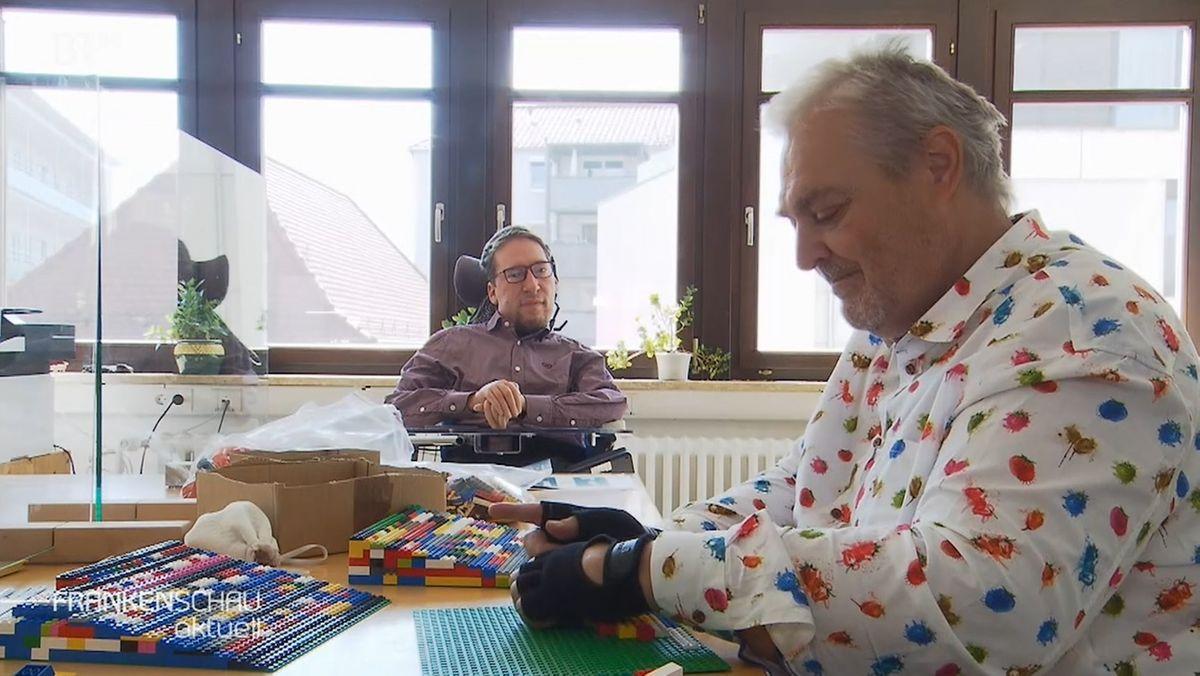Ehrenamtliche bauen Lego-Rampen für Rollstuhlfahrer.