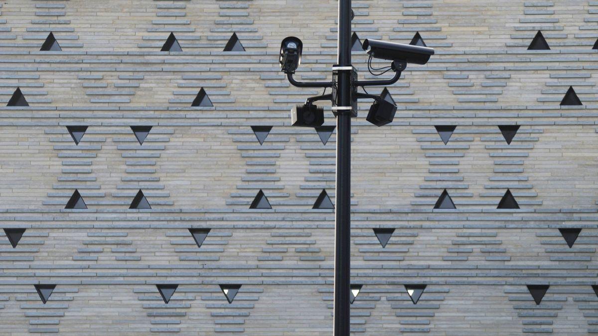 Überwachungskameras vor der Fassade der Bochumer Synagoge,