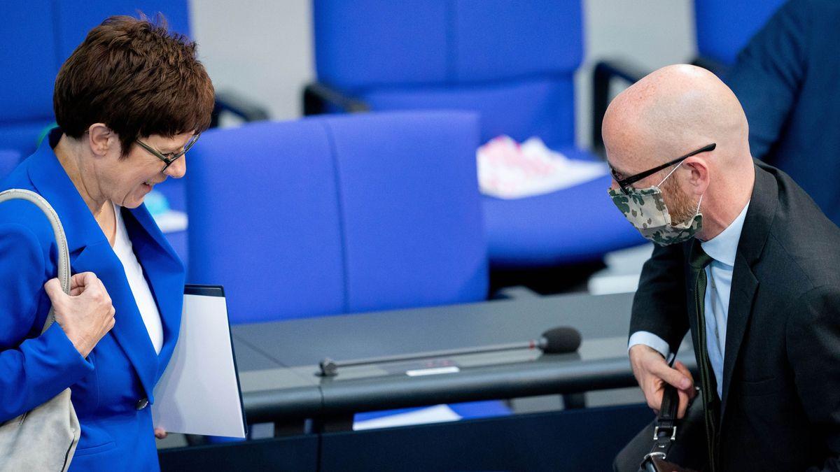 Verteidigungsministerin Kramp-Karrenbauer und ihr Staatssekretär Peter Tauber (mit Maske) im Bundestag