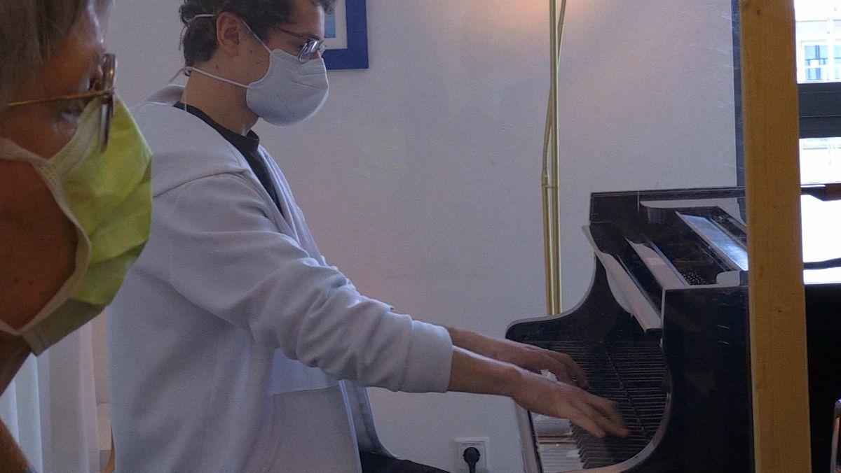 Student Florian Gatzke im Klavierunterricht an der Würzburger Hochschule für Musik.