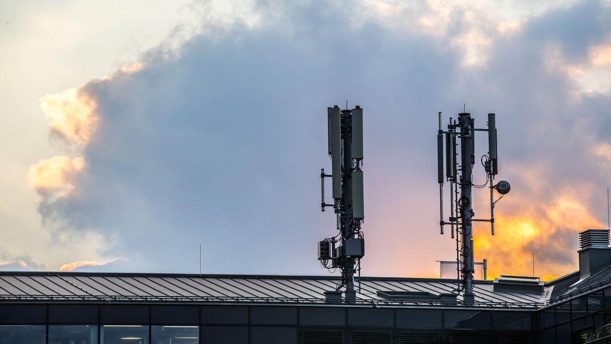 Mobilfunk: Sendemasten für Mobilfunk auf Dach vor Abendhimmel (Symbolbild)