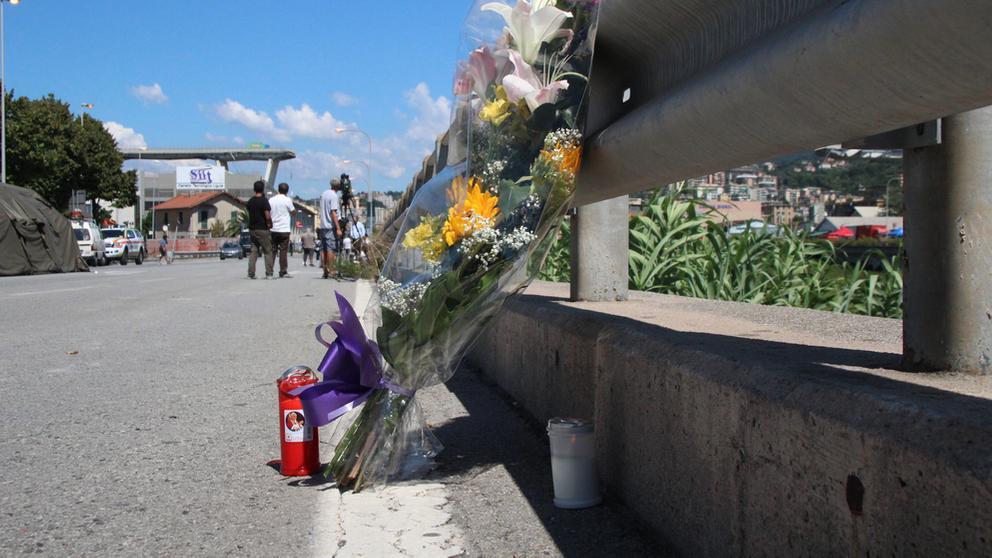 Blumen am Unglücksort in Genua.    Bild:pa/dpa