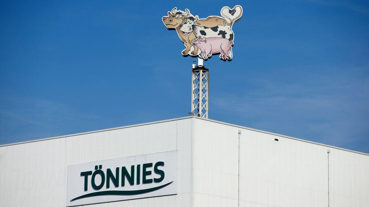 Beim Fleischkonzern Tönnies sollen 400 Mitarbeiter mit Corona infiziert sein.