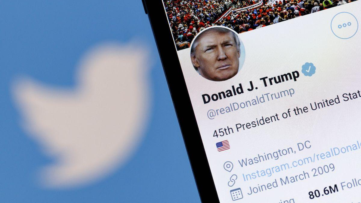 Der Twitter-Account von US-Präsident Donald J. Trump auf einem Handy vor einem Bildschirm mit einem Twitter-Logo.