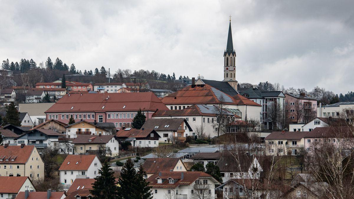Stadtansicht von Freyung mit der Stadtpfarrkirche.