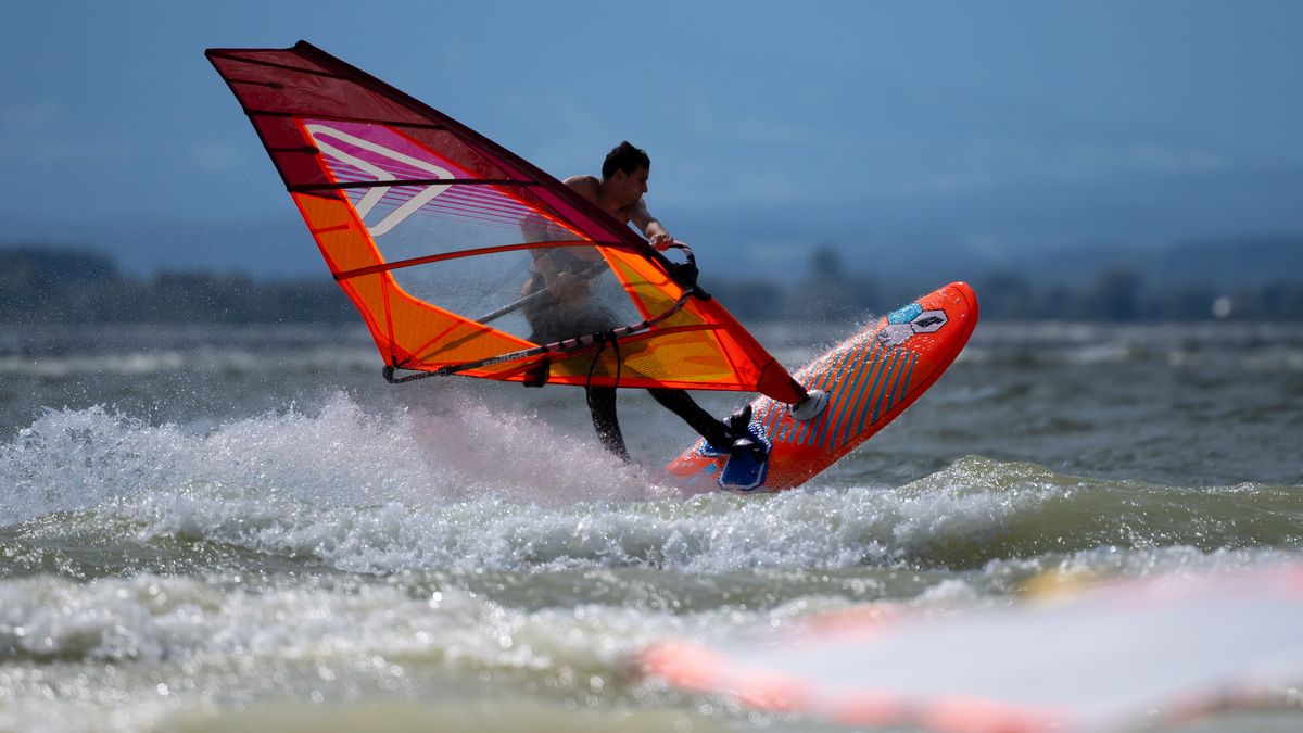 Ein Windsurfer auf dem Ammersee