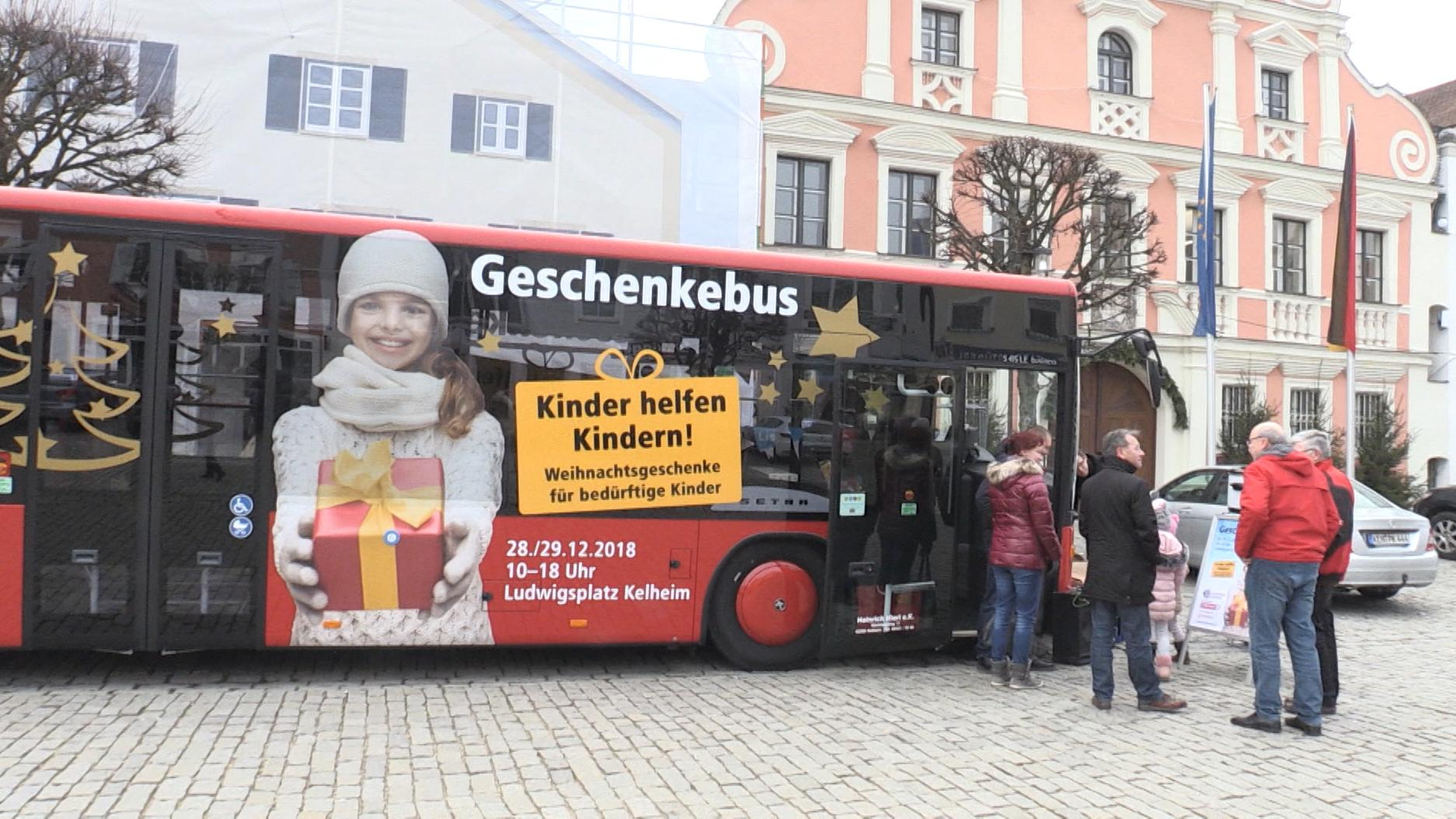 Geschenkebus vor Kelheimer Rathaus