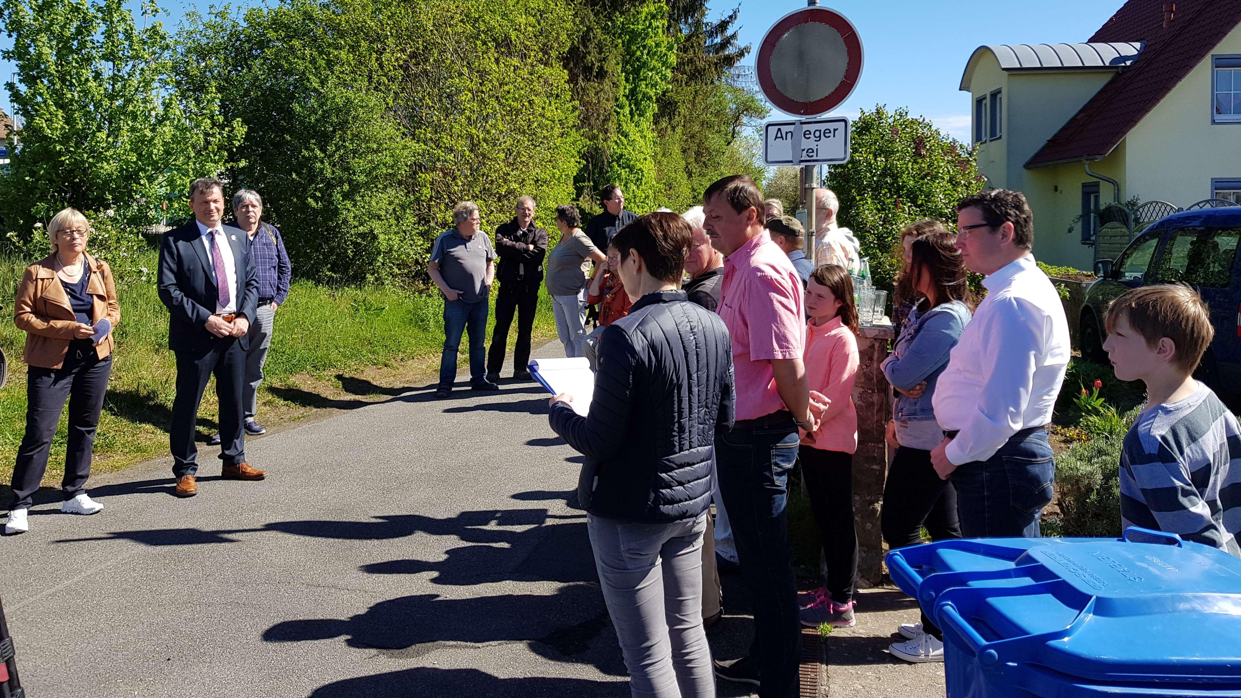Ortstermin: Anwohner diskutieren mit dem Bürgermeister über Müllentsorgung in Bad Königshofen.