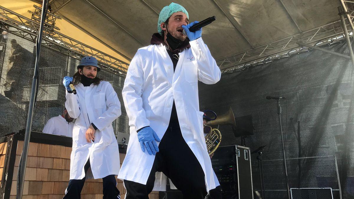 Die Mundart-Rapper von dicht & ergreifend spielten ein paar Songs für das Klinikpersonal