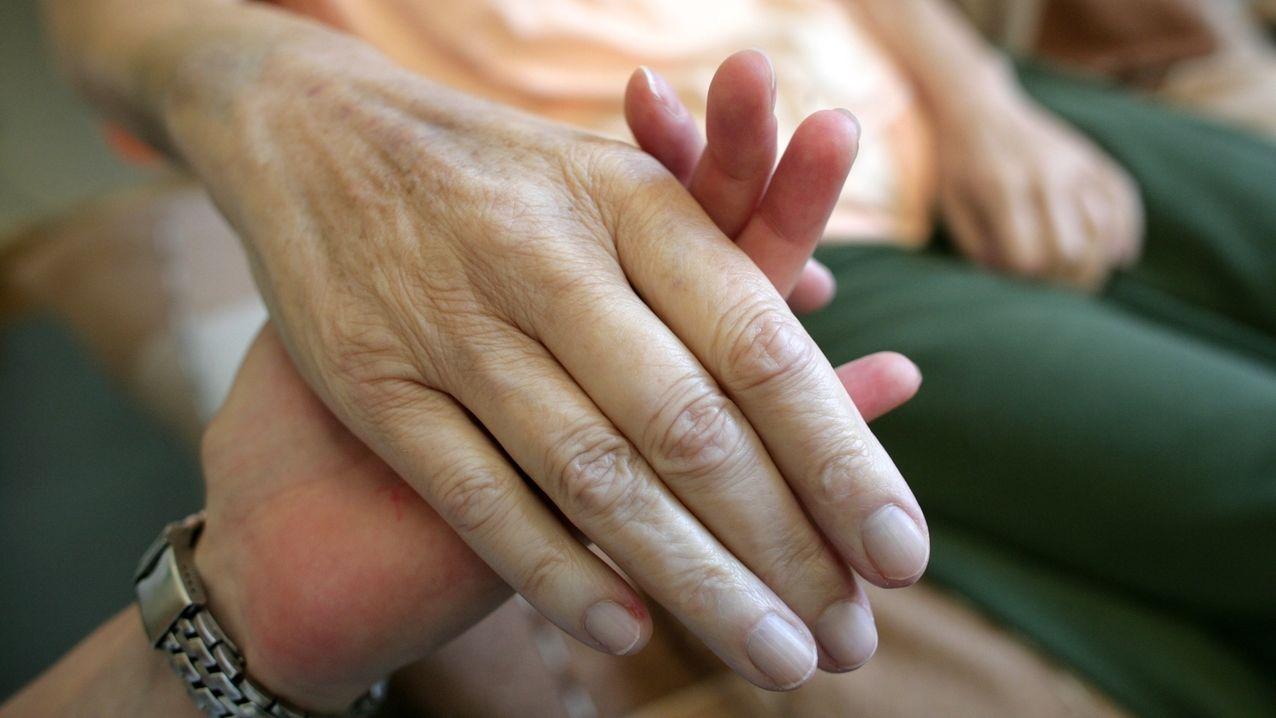 Zwei sich haltende Hände.