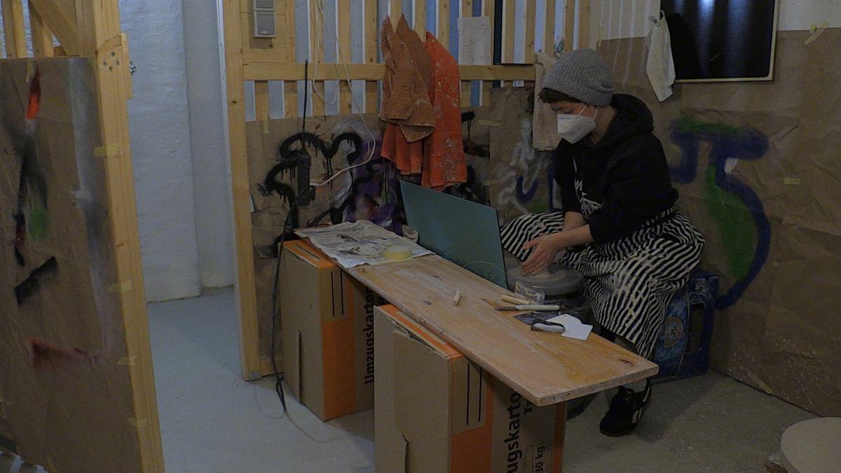 Lotta beim Drehen in ihrem zur Werkstatt umgebauten Kellerabteil.