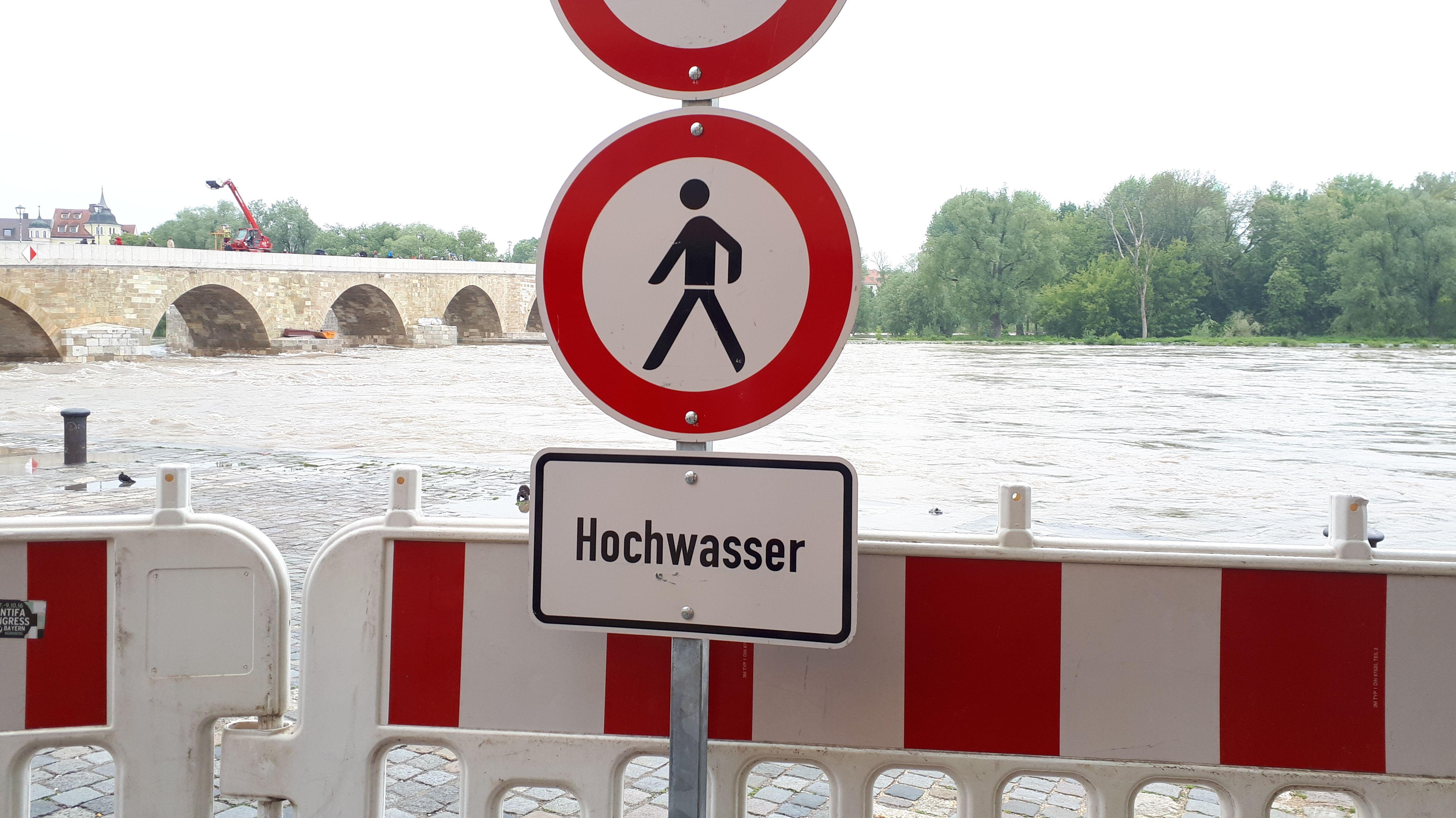 Hochwasserwarnung an der historischen Wurstkuchl in Regensburg