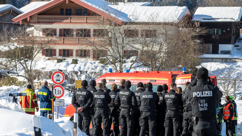 Einsatzkräfte von Polizei, THW und Feuerwehr stehen im Schlechinger Ortsteil Raiten, der gestern evakuiert wurde