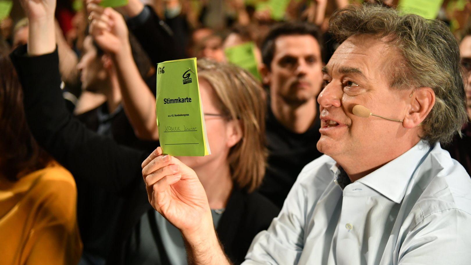 Werner Kogler, Bundessprecher der Grünen, hält seine Stimmkarte während der Abstimmung beim Bundeskongress der österreichischen Grünen hoch.