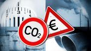 Fotomontag: CO2-Schild, Warnschild mit Eurozeichen, Heizungsthermostat, Auspuff, Heizölfässer, Schornsteine   Bild:picture alliance/Bildagentur-online