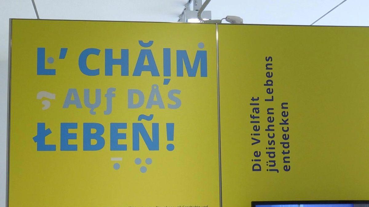 """Aufschrift """"L'Chaim – Auf das Leben"""" im Jüdischen Museum Franken"""