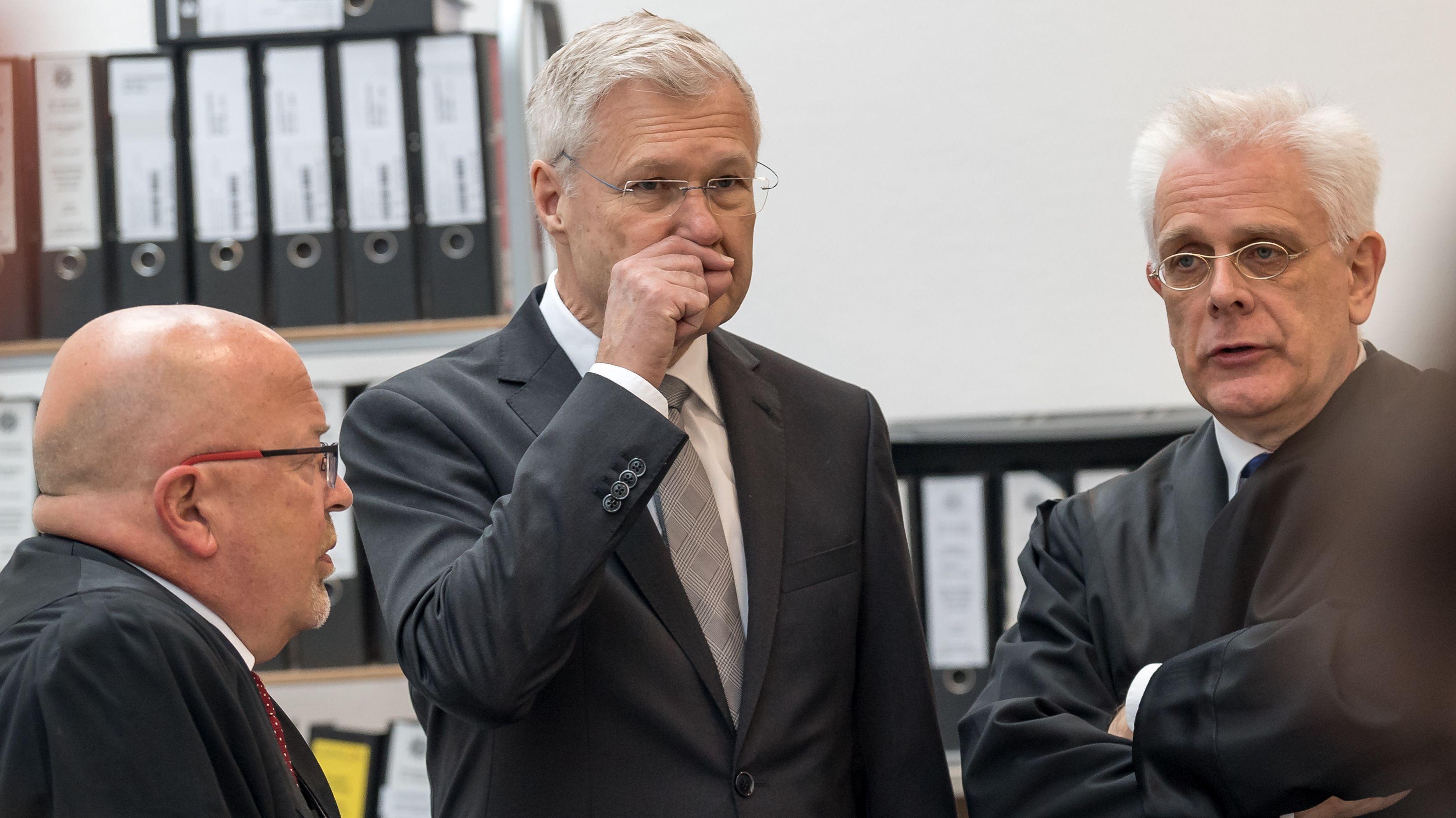 Alfred Lehmann (M) mit seinen Anwälten Jörg Gragert (l) und Andreas Mariassy (r) im Gerichtssaal