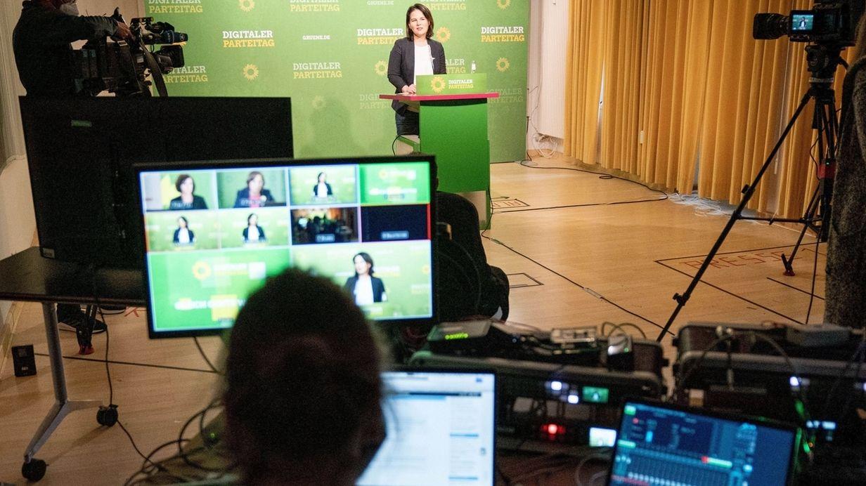 Annalena Baerbock, Bundesvorsitzende von Bündnis 90/Die Grünen, eröffnet in der Grünen-Parteizentrale den Online-Parteitag der Grünen zur Corona-Krise. Es ist der erste Parteitag auf Bundesebene der Grünen, der online durchgeführt wird. Der Bundesvorstand will der Partei die Möglichkeit geben, sich über die Corona-Krise und ihre Folgen auszutauschen.