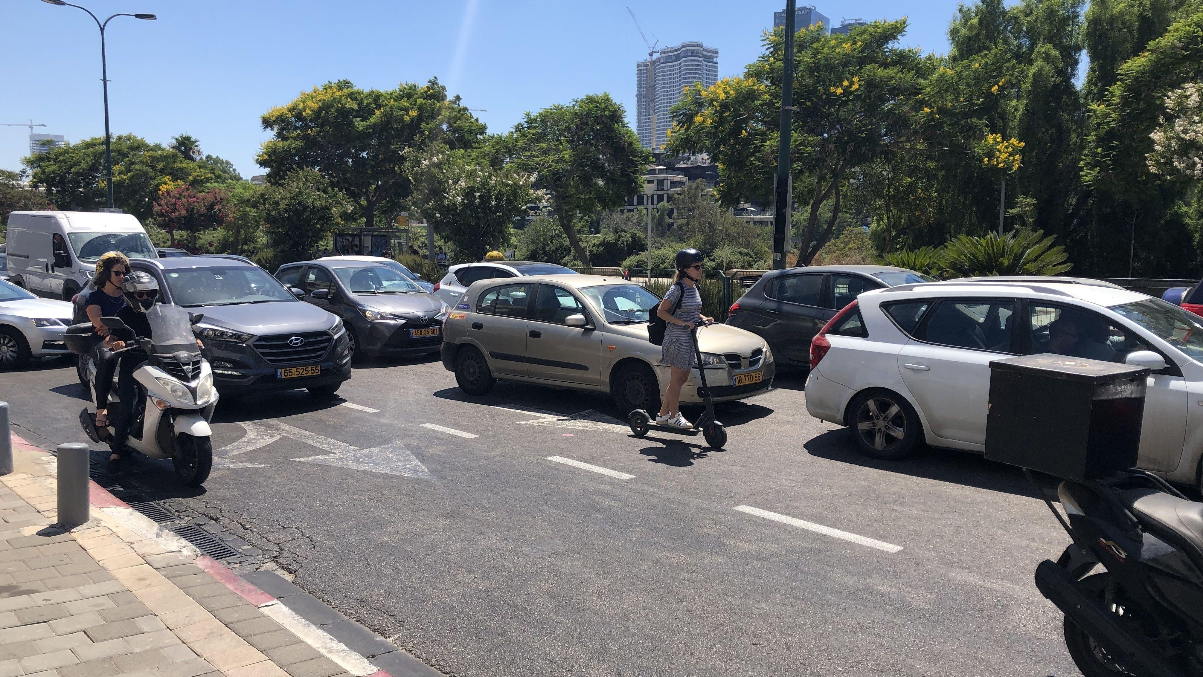 Mit dem E-Scooter ist man auch mit Helm gefährlich unterwegs. Die Zahl der Unfälle wird steigen, ist sich die Vize-Bürgermeisterin sicher.