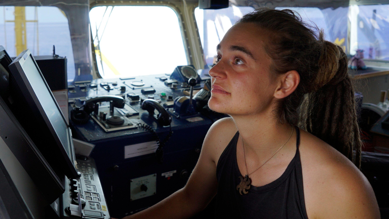 """Carola Rackete aus Kiel, deutsche Kapitänin der """"Sea-Watch 3"""", aufgenommen an Bord des Rettungschiffs (Archivbild vom 20.6.2019)."""