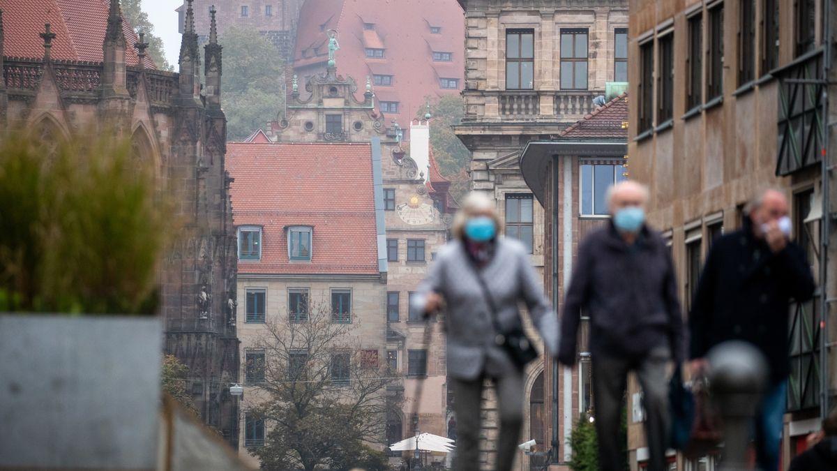 Menschen mit Schutzmasken in Nürnberg