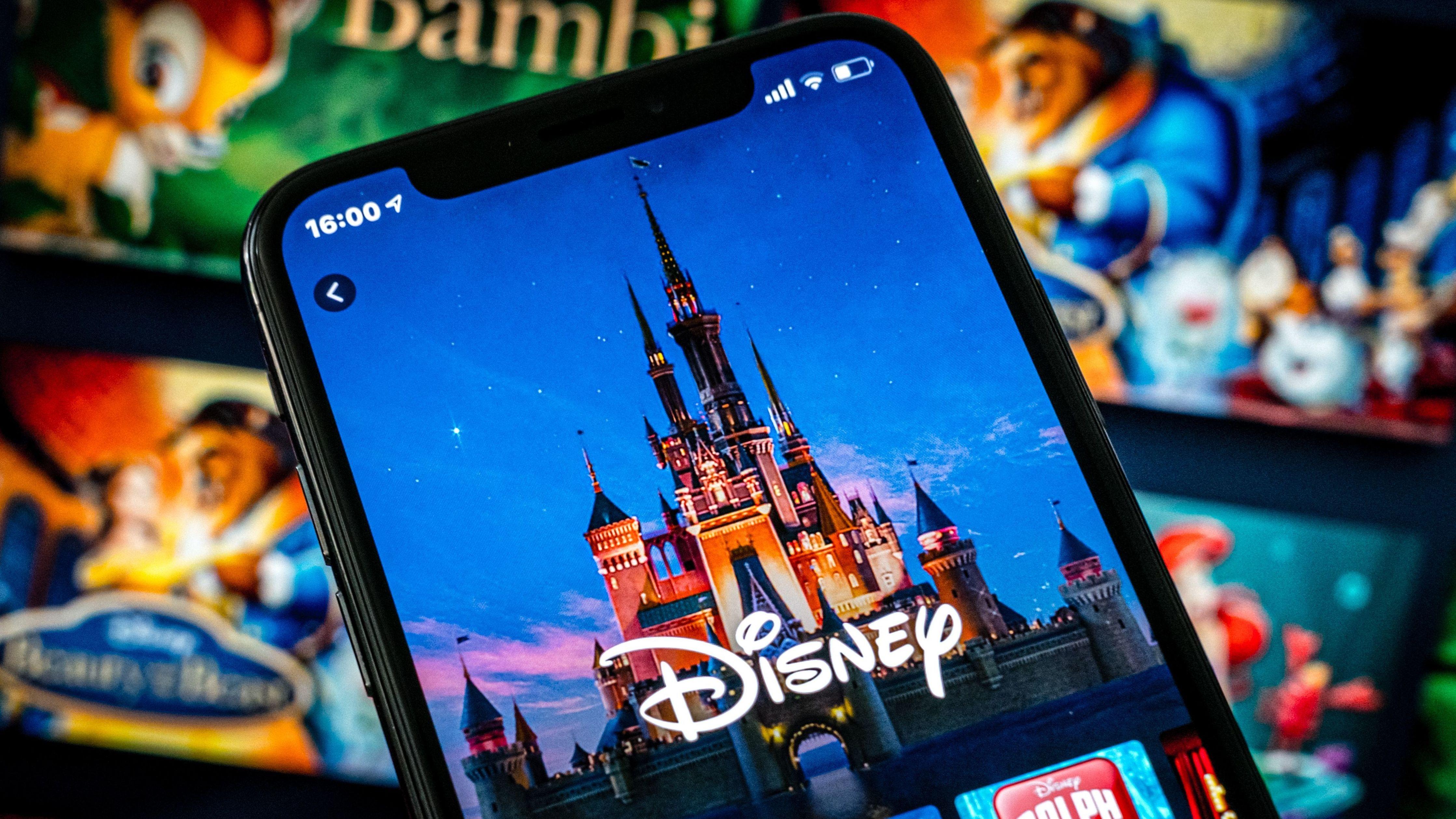 Smartphone mit Disney-Logo aus Bildschirm