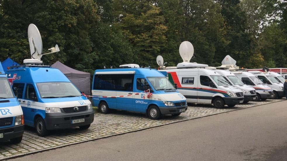 Übertragungswegen mehrerer Rundfunkanstalten vor der JVA Stadelheim.