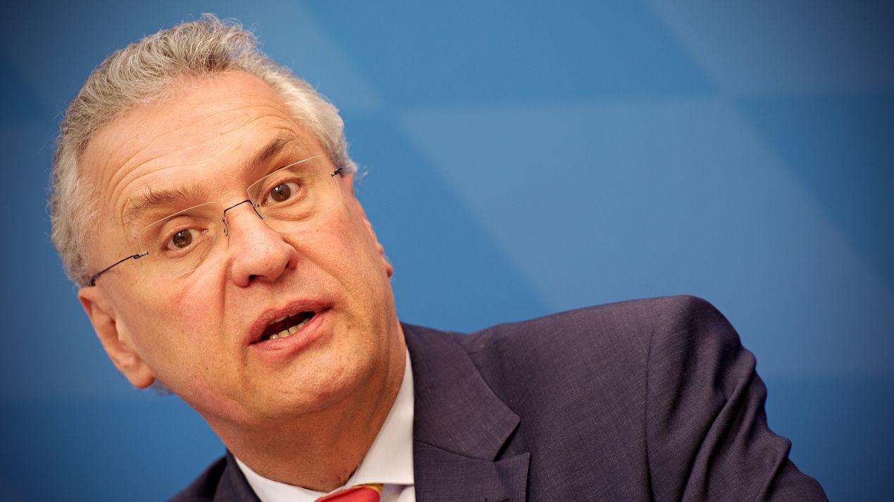 Joachim Herrmann spricht während einer Pressekonferent