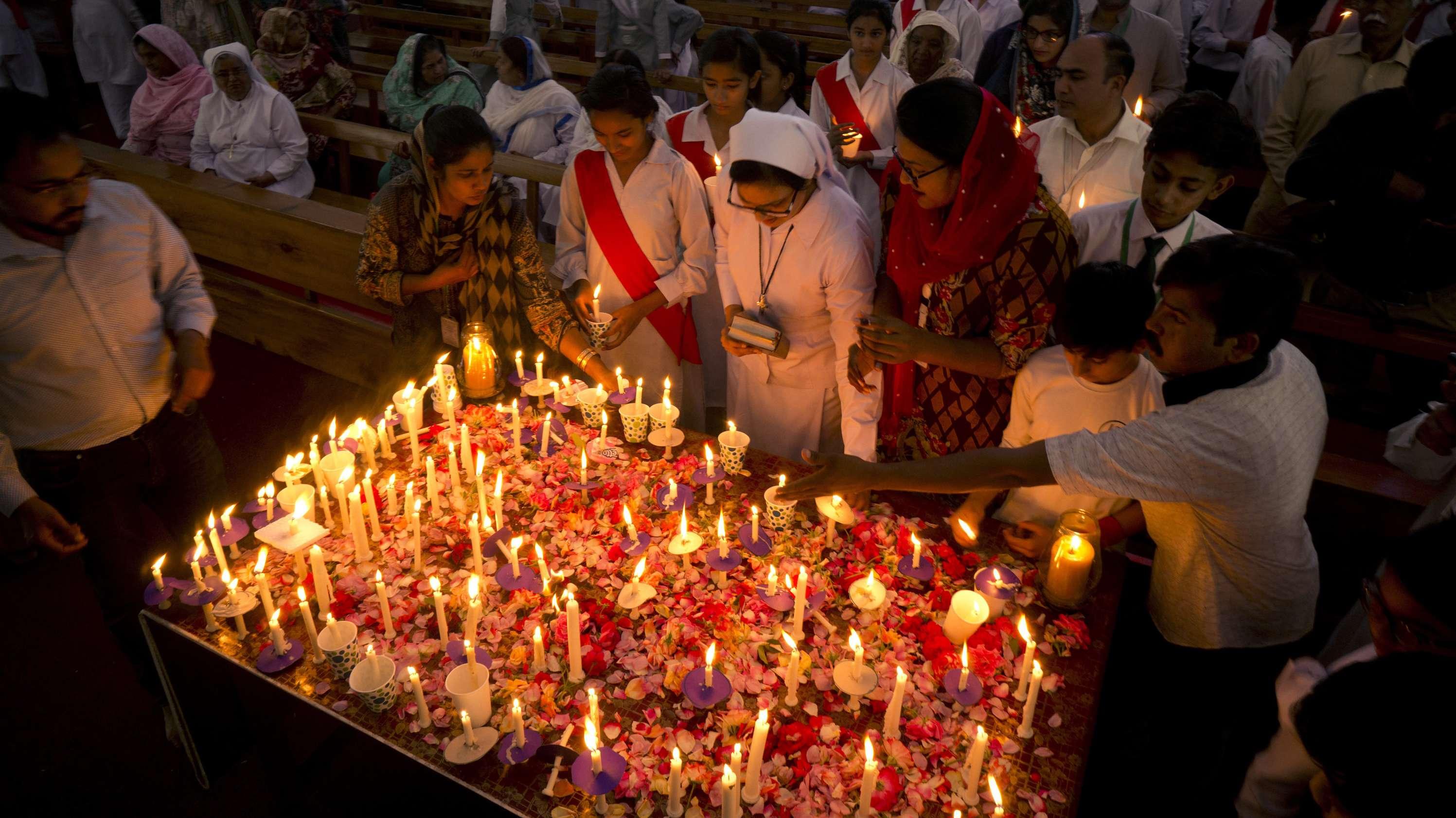 Pakistanische Christen gedenken der Opfer in Sri Lanka mit Kerzen