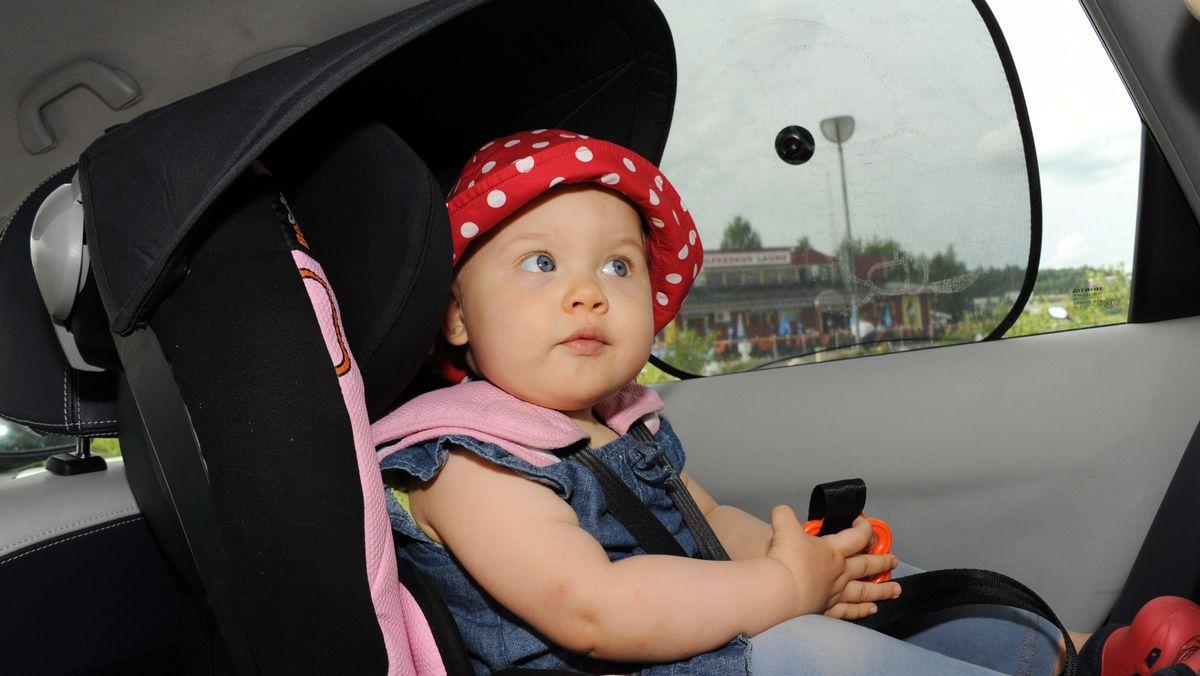 Baby im Kindersitz im Auto (Symbolbild)