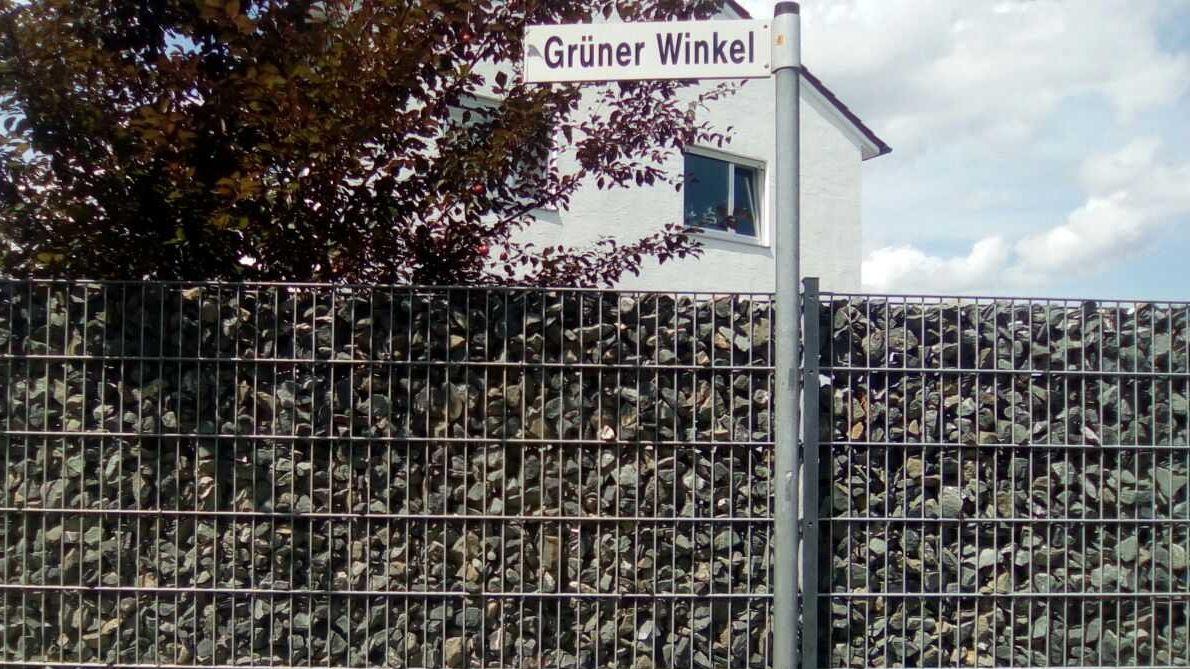 """Sichtschutz aus Gabionen - Die Adresse """"Grüner Winkel"""" bietet einen ironischen Gegensatz zum sichtbaren Sichtschut."""
